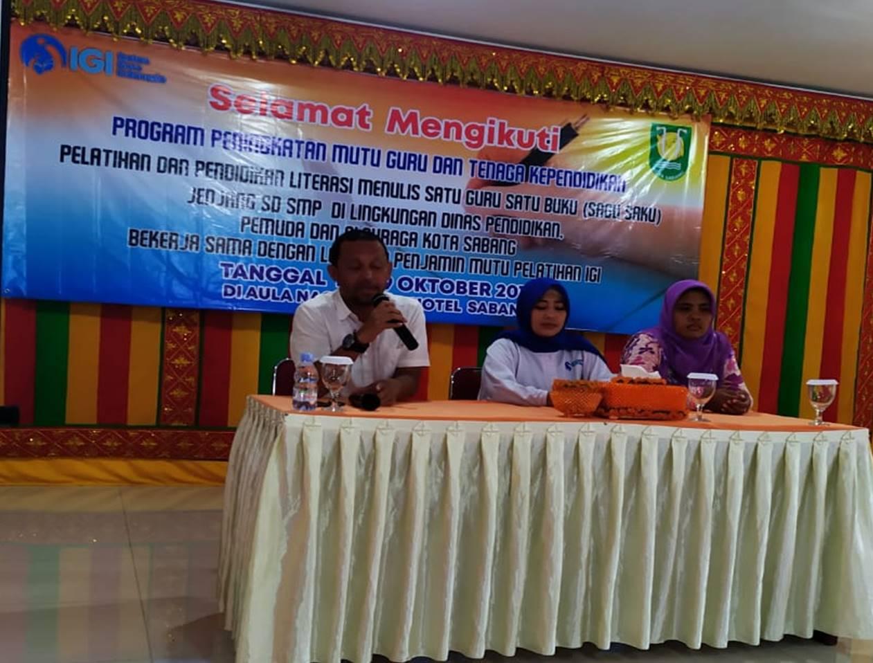 Fitriadi bersama Nurbadriyah dan perwakilan peserta saat menutup kegiatan