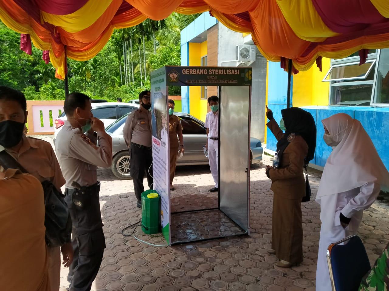 Pemasangan gerbang sterilisasi pada salah satu Puskesmas di Aceh Selatan (doc. Yasar)