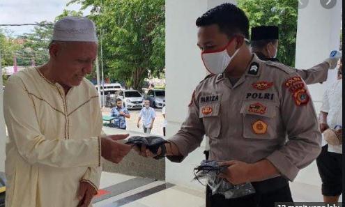 Sebelum Shalat Jumat, Personel Polda Aceh Membagikan Masker untuk Jamaah Masjid Babuttaqwa