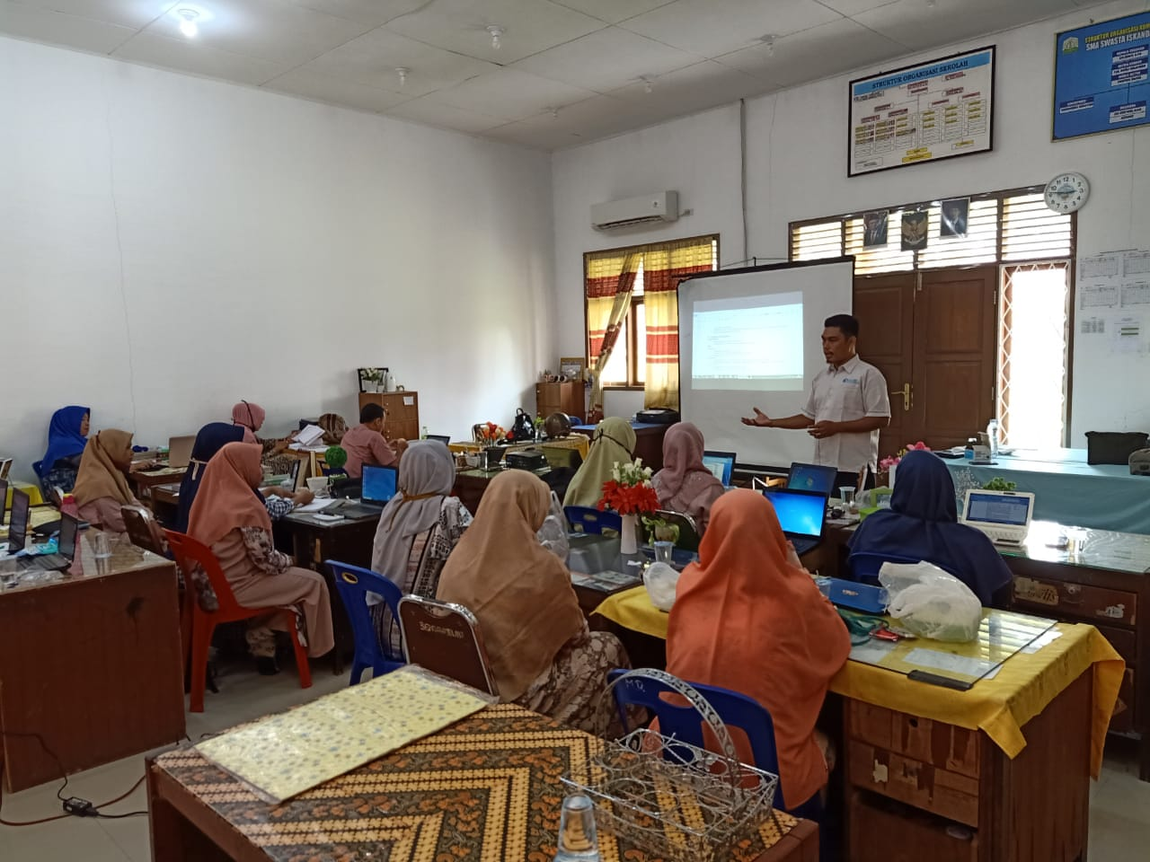 "ACEHSIANA.COM, Krueng Geukuh – Menjelang tahun ajaran baru 2020/2021, SMAS Iskandar Muda atau lebih dikenal dengan SMA PIM melatih guru tentang penyusunan Rencana Pelaksanaan Pembelajaran (RPP) inspiratif atau RPP satu halaman. Selain itu para guru juga dilatih penerapan Belajar dari Rumah (BDR) menggunakan fasilitas Google. Kegiatan tersebut berlangsung pada tanggal 8-9 Juli 2020 di gedung SMAS Iskandar Muda. Mereka dilatih oleh Ketua Ikatan Guru Indonesia (IGI) Kota Lhokseumawe, Jon Darmawan SPd MPd. Kepala SMAS Iskandar Muda, Salmiati SPd menjelaskan bahwa kegiatan tersebut dilaksanakan agar para guru mampu menyusun RPP satu halaman yang menginspirasi guru dan peserta didik sesuai dengan panduan dari Pusat Kurikulum dan Pembelajaran Kementerian Pendidikan dan Kebudayaan. ""Saya berharap para guru mampu menerapkan RPP satu halaman dalam pembelajaran di kelas mulai tahun ajaran baru nanti. Aplikasikan RPP inspiratif ini untuk meningkatkan kualitas layanan pendidikan kita,"" pinta Salmiati pada peserta pelatihan. Dikatakan Salmiati bahwa pola pembelajaran pada tahun ajaran baru belum dapat dipastikan apakah tatap muka atau BDR. Salmiati meminta para guru untuk menyiapkan perencanaan untuk kedua pola tersebut. ""BDR menggunakan Google ini tetap kita pelajari untuk mengantisipasi berbagai kemungkinan. Jika BDR diperpanjang, maka guru sudah siap melakukannya menggunakan fasilitas Google,"" ujar Salmiati. Lebih lanjut Salmiati menegaskan bahwa pembelajaran berbasis daring menggunakan Google hendaknya tetap dapat dilakukan meskipun pembelajaran sudah dapat dilaksanakan secara tatap muka. Banyak kemudahan, pungkas Salmiati, yang dapat dilakukan guru dan siswa menggunakan fasilitas Google. Amatan acehsiana.com, peserta pelatihan sangat antusias saat menyusun RPP inspiratif dan belajar daring menggunakan Google. Fasilitator saat melatih BDR menggunakan Google, langsung meminta guru untuk mempraktikkan ilmu saat itu juga. Adapun fasilitas Google yang dilatih pada guru diantarany"