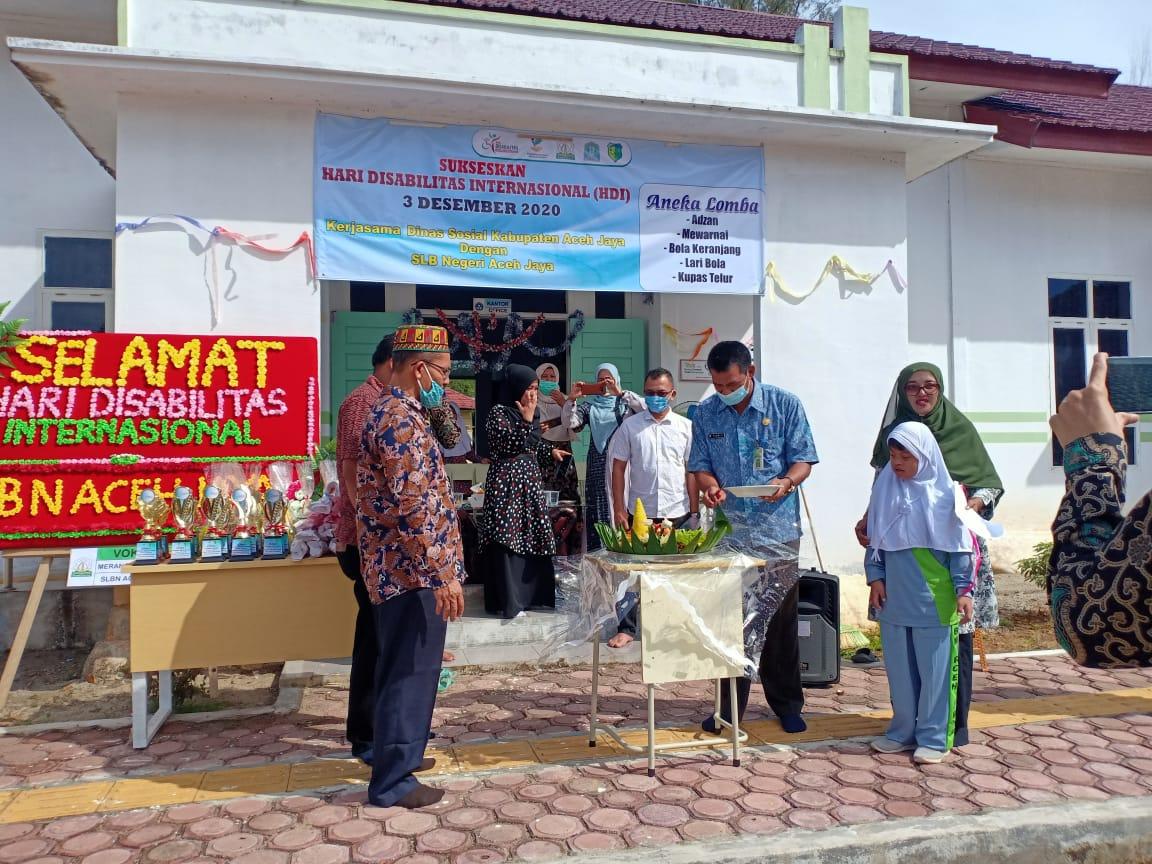 Hari Disabilitas Internasional, Siswa SLBN Aceh Jaya Terima Bantuan Belajar