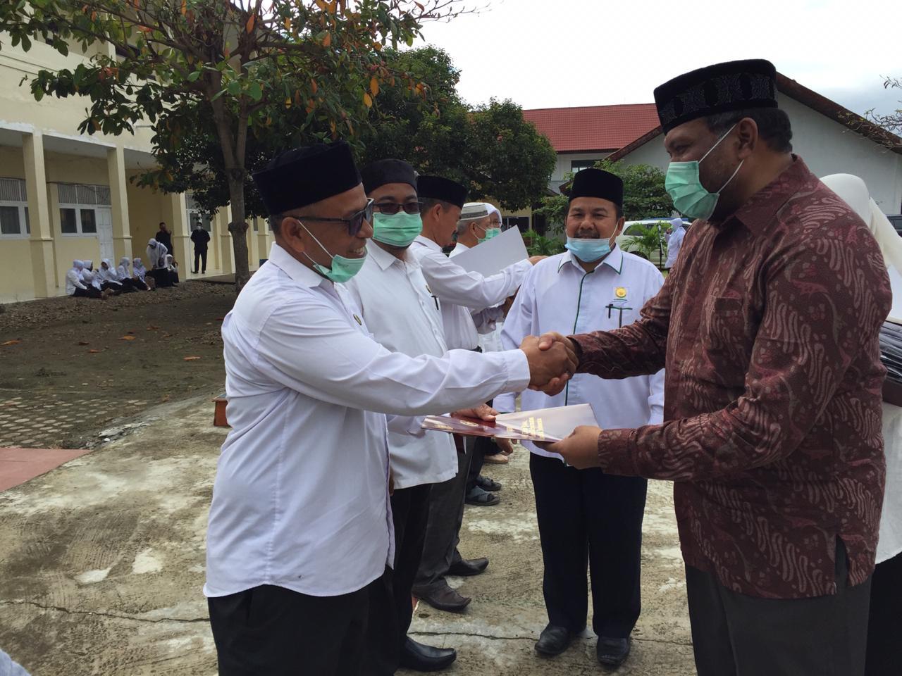 Puluhan Tahun Mengabdi, Wakil Walikota Serahkan Penghargaan kepada PNS Kankemenag