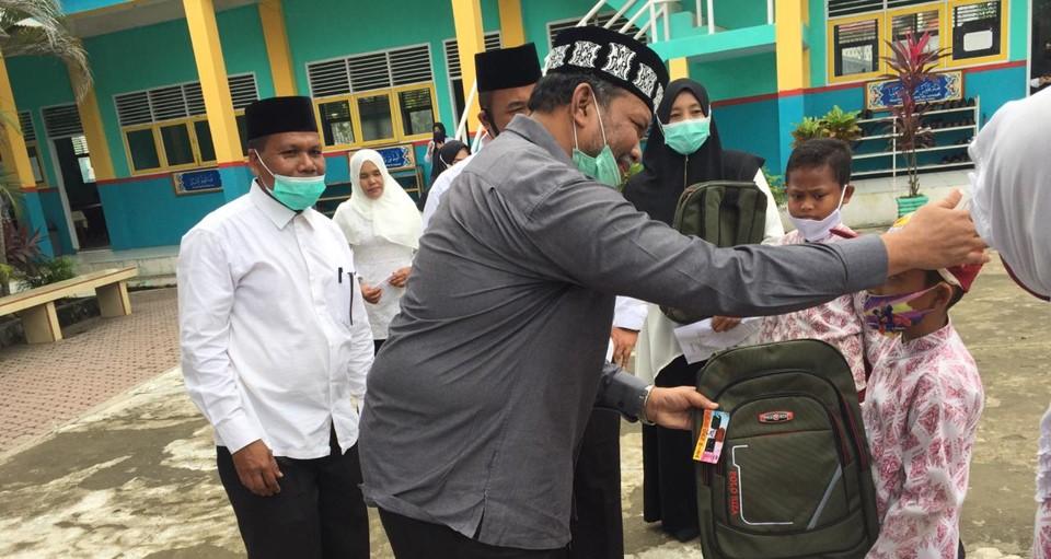 Pantau Prokes, Wakil Walikota Lhokseumawe Bantu Peralatan Sekolah Siswa Yatim