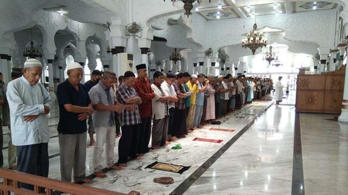 Pengurus Masjid Raya Baiturrahman Aceh telah mengizinkan jemaah merapatkan saf ketika salat berjemaah. Salat Jumat di masjid ini pun dipenuhi jemaah. Pantauan, Jumat (8/10/2021), sejumlah Polwan meminta jemaah menggunakan masker di depan gerbang masjid. Meski diingatkan, sebagian jemaah tetap tidak mengenakan masker.